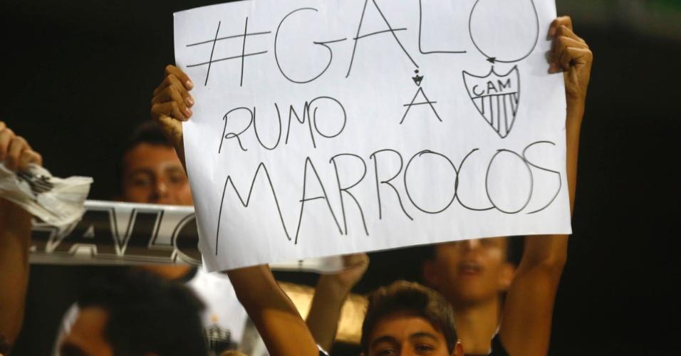 13.fev.2013 - Torcedores do Atlético-MG demonstram otimismo com a campanha do time na volta à Libertadores após 13 anos. Torcedor ergue faixa e já sonha com o Mundial de Clubes, que será disputado no Marrocos em 2013