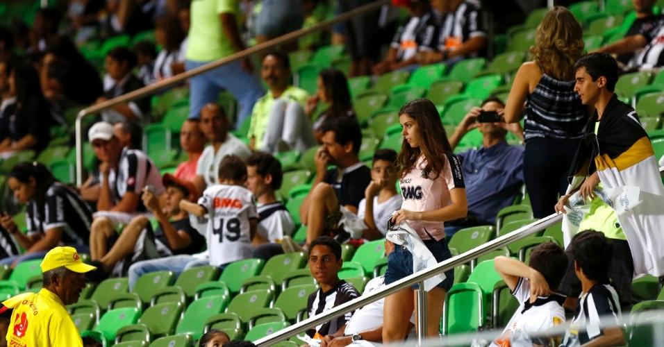 13.fev.2013 - Torcida do Atlético-MG começa a ocupar as arquibancadas do estádio Independência, em Belo Horizonte, para a partida contra o São Paulo pela fase de grupos da Libertadores