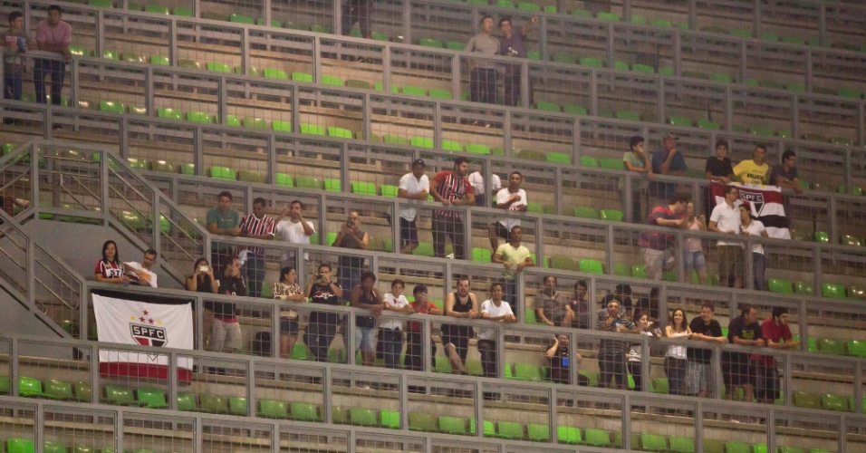 13.fev.2013 - Torcida do São Paulo comparece em pequeno número ao estádio Independência para acompanhar a partida contra o Atlético-MG na estreia da fase de grupos da Libertadores