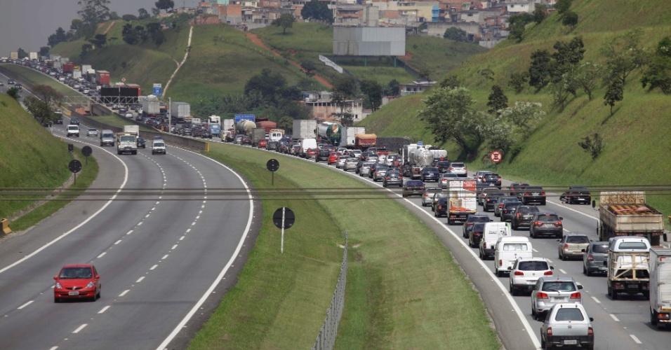 13.fev.2013 - Trânsito fica congestionado na altura do quilômetro 30 da rodovia Ayrton Senna, sentido capital paulista, em Guarulhos(SP), após uma carreta pegar fogo na via, na manhã desta quarta-feira (13)