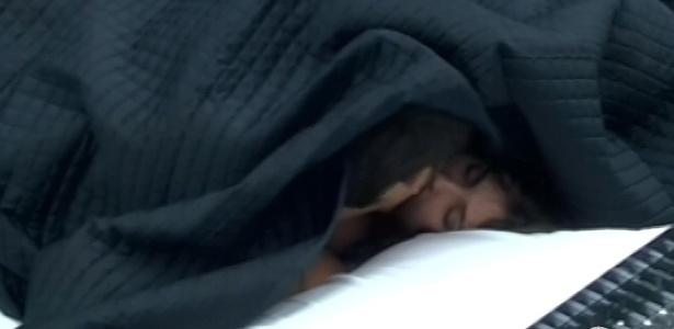 13.fev.2013 - Únicos acordados na casa, Kamilla e Eliéser se beijam e trocam carícias embaixo do cobertor nesta manhã