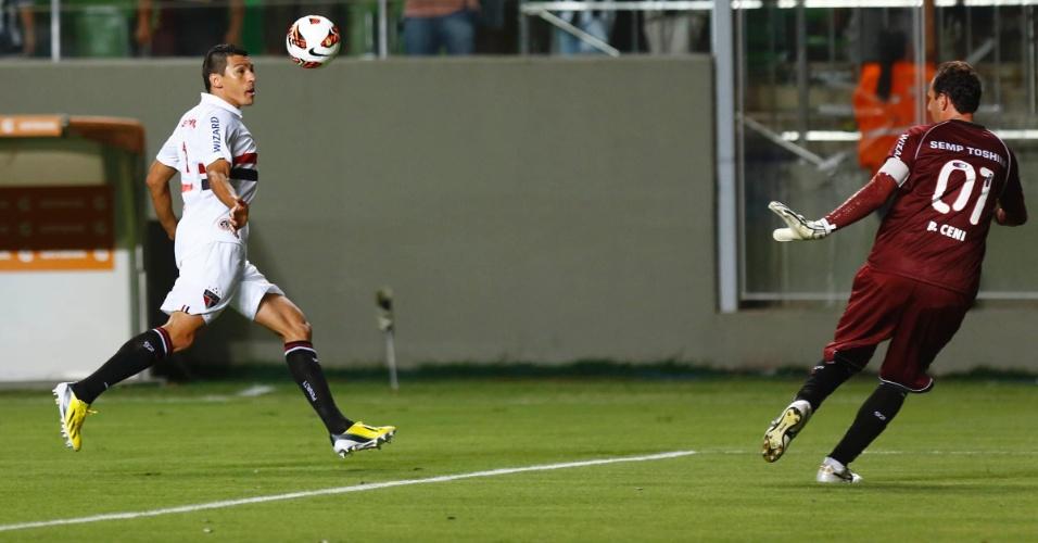 13.fev.2013 - Zagueiro Lúcio, do São Paulo, protege a bola durante jogo contra o Atlético-MG