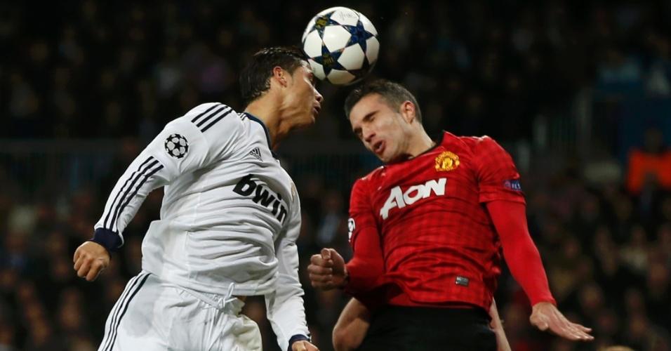 13.fev.2013- Cristiano Ronaldo disputa bola aérea com Robin van Persie em duelo entre Real Madrid e Manchester United pela Liga dos Campeões