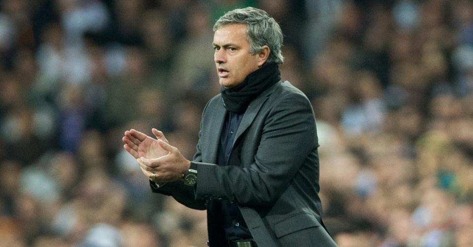 13.fev.2013- Técnico do Real Madrid, José Mourinho bate palmas para a equipe espanhola durante jogo contra o Manchester Uniter