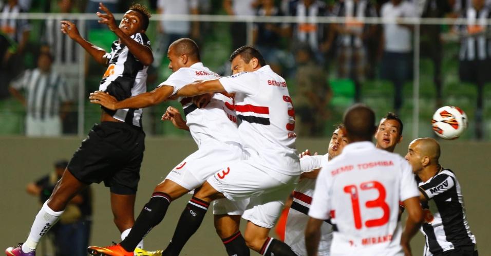 13.jan.2013 - Jogadores de São Paulo e Atlético-MG disputam jogada aérea