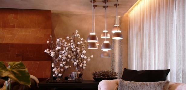 Na sala, a arquiteta Denise Barretto optou por um conjunto de pendentes da Lumini sobre a mesa lateral - Guinter Parschalk/Divulgação