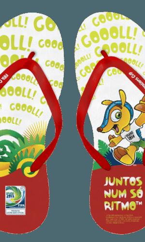 """As sandálias trazem o mascote Fuleco, o logotipo e o slogan oficial do evento: """"Juntos, num só ritmo"""""""