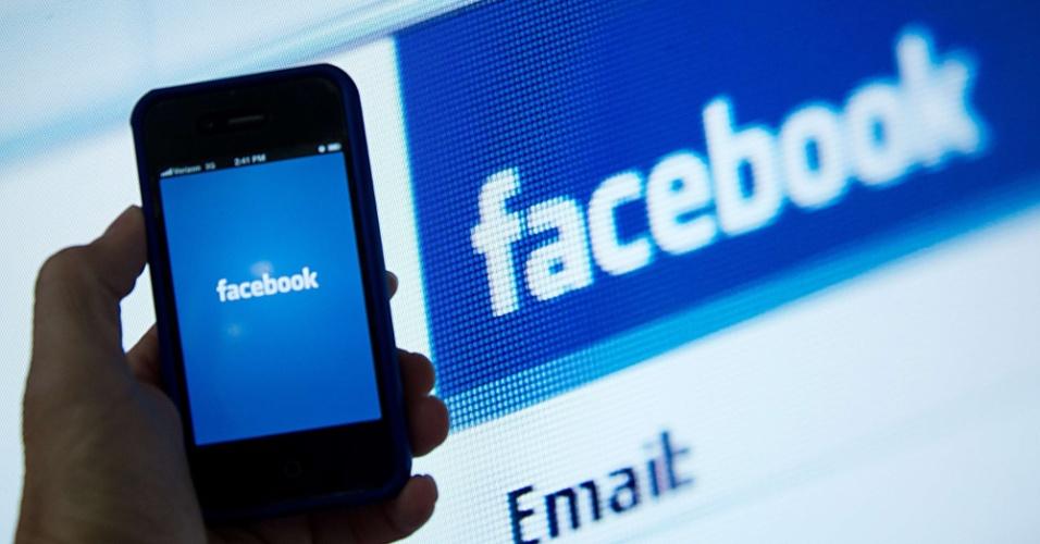 iPhone com aplicativo do Facebook é exibido em imagem;