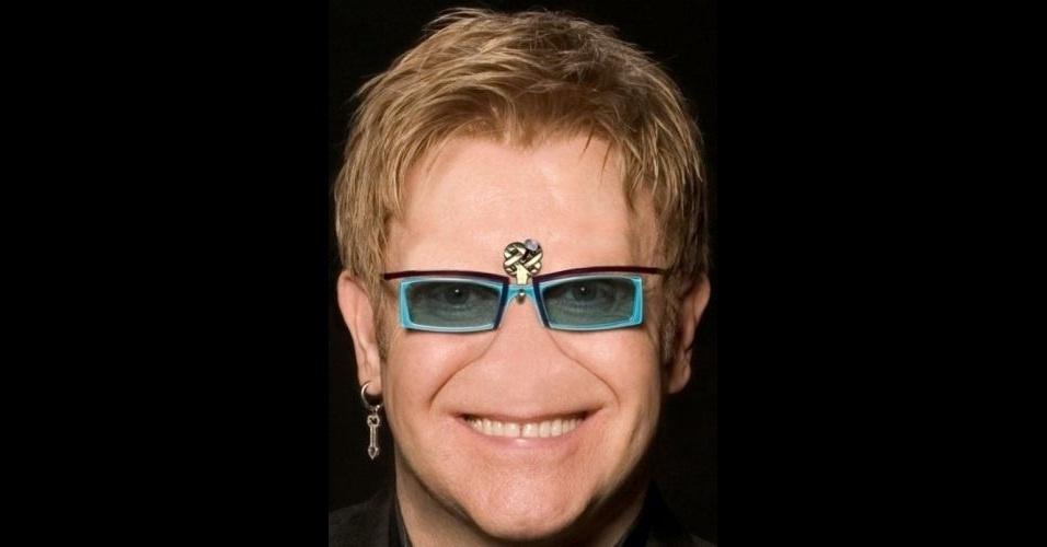 """O site """"Freaking News"""" reúne fotos de celebridades que tiveram os narizes retirados em editores de imagens. Em alguns casos, os famosos perderam também a sobrancelha, como no caso do cantor Elton Jhon (que precisou até de um gancho para segurar os óculos)"""