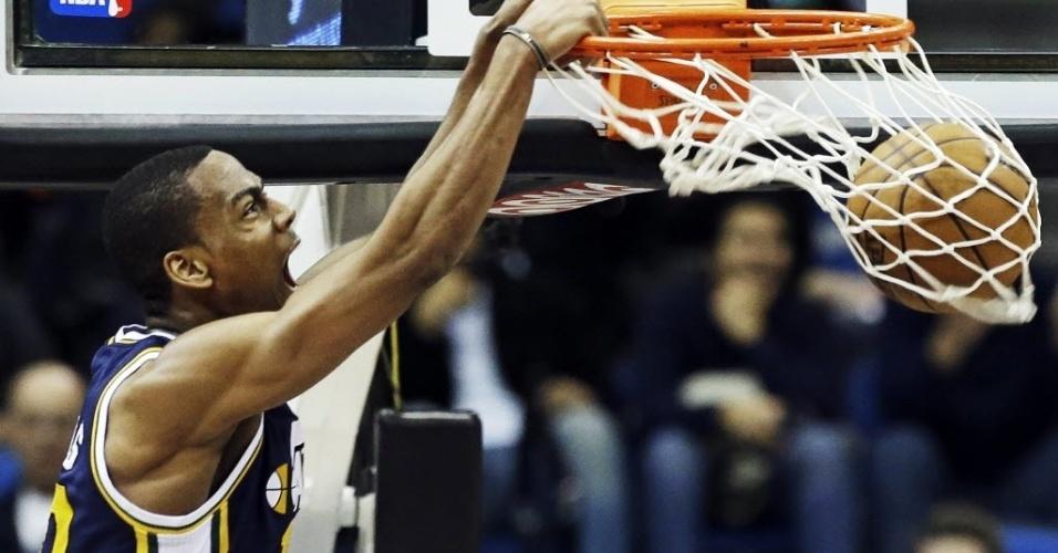 13.fev.2013 - Alec Burks carava a bola na vitória do Utah Jazz sobre o Minnesota Timberwolves