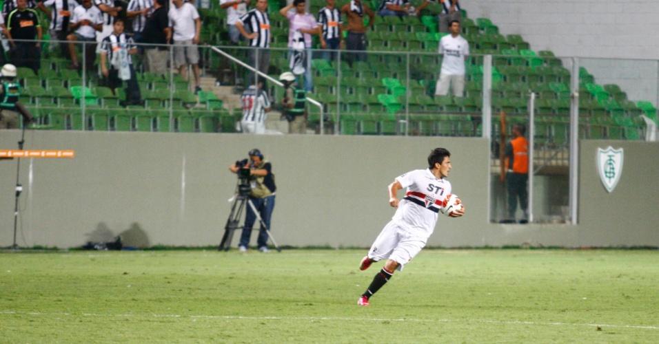 13.fev.2013 - Aloísio volta correndo após marcar o gol de honra do São Paulo contra o Atlético-MG