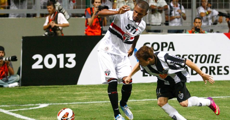 13.fev.2013 - Bernard, do Atlético-MG, disputa a bola com Paulo Miranda, do São Paulo