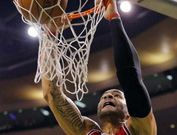 13.fev.2013 - Carlos Boozer teve um duplo-duplo, mas não foi o suficiente para os Bulls passarem pelos Celtics