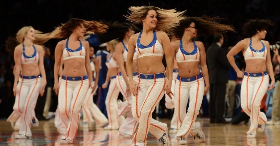 13.fev.2013 - Cheerleaders do New York Knicks dançam em intervalo da partida da equipe contra o Toronto Raptors