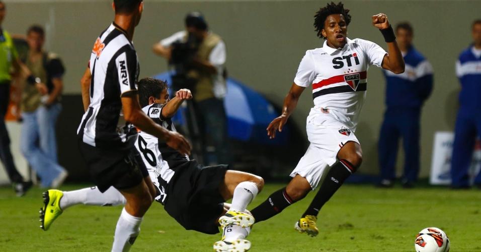13.fev.2013 - Cortez, do São Paulo, tenta a jogada durante partida contra o Atlético-MG