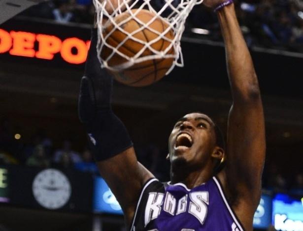 13.fev.2013 - Jason Thompson enterra em mais uma derrota dos Kings, desta vez para o Dallas Mavericks