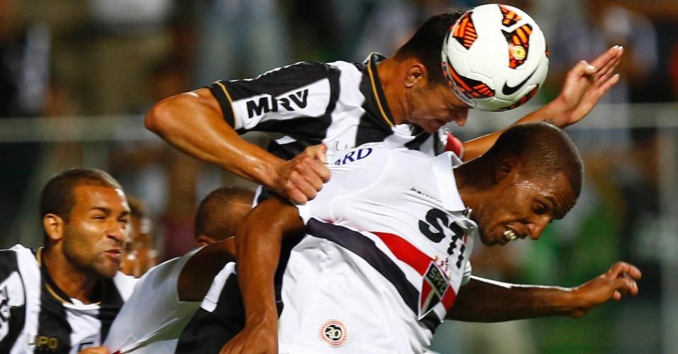 13.fev.2013 - Jogadores de São Paulo e Atlético-MG disputam a jogada aérea