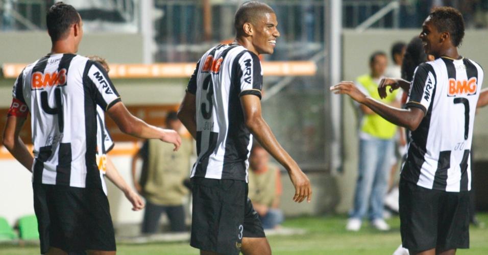 13.fev.2013 - Jogadores do Atlético-MG comemoram o gol marcado por Réver contra o São Paulo