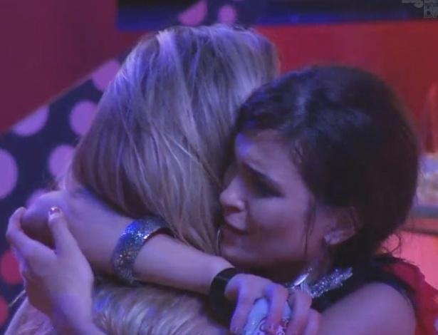 13.fev.2013 - Kamilla e Fernanda se abraçam e trocam juras de amizade