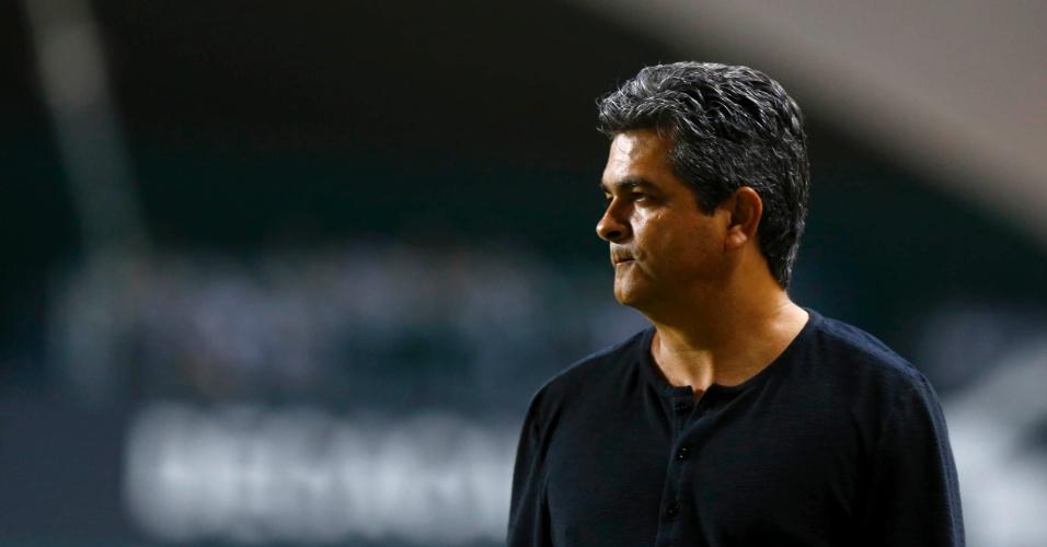 13.fev.2013 - Ney Franco, técnico do São Paulo, observa seu time durante jogo contra o Atlético-MG