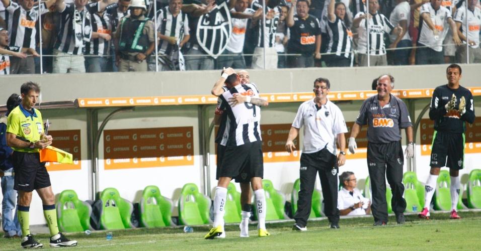 13.fev.2013 - Réver comemora com Diego Tardelli após marcar o segundo gol do Atlético-MG contra o São Paulo