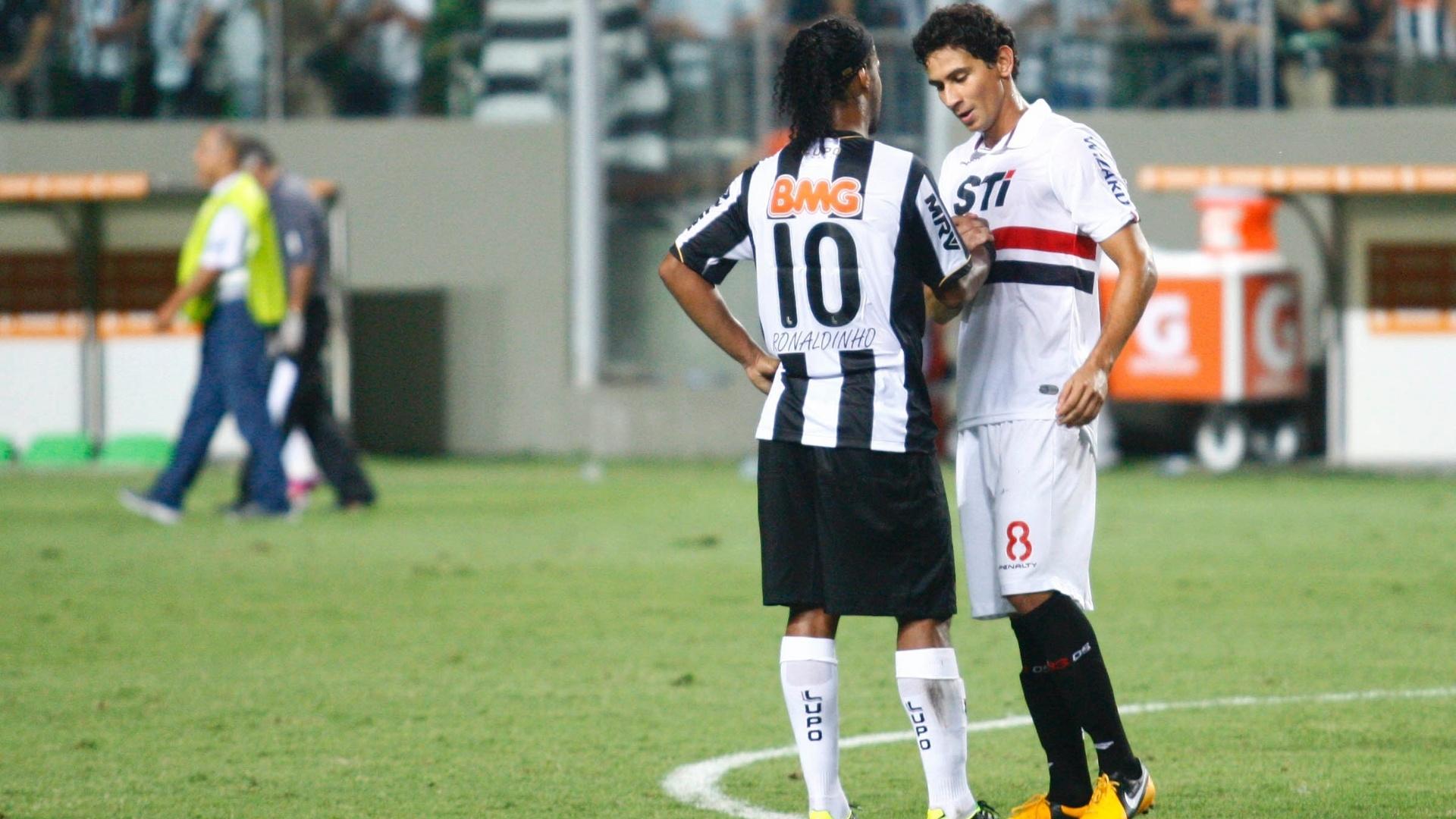 13.fev.2013 - Ronaldinho Gaúcho, do Atlético-MG, conversa com Ganso, do São Paulo, após jogo válido pela Libertadores