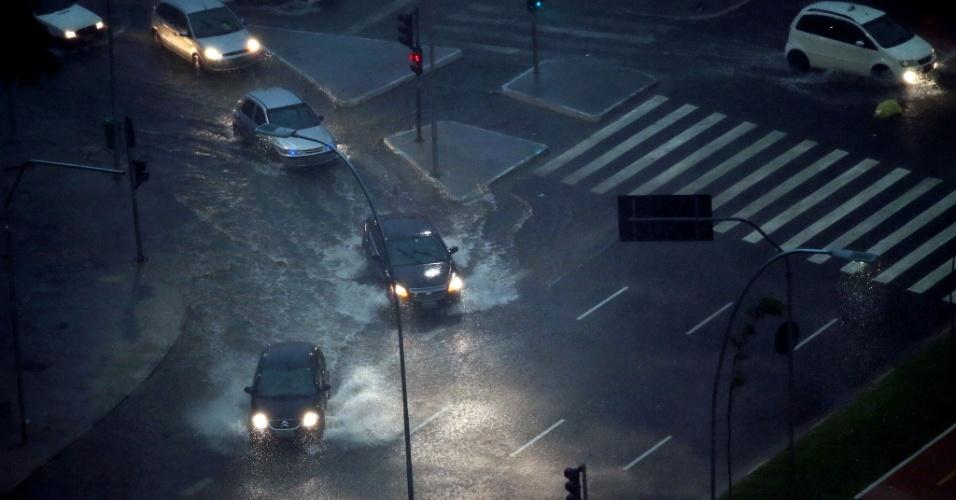 14.fev.2013 - A chuva forte que atinge São Paulo no fim da tarde desta quinta-feira começa a causar alagamentos na cidade. Na foto, cruzamento das avenidas Brigadeiro Faria Lima e Rebouças, em Pinheiros, na zona oeste da capital