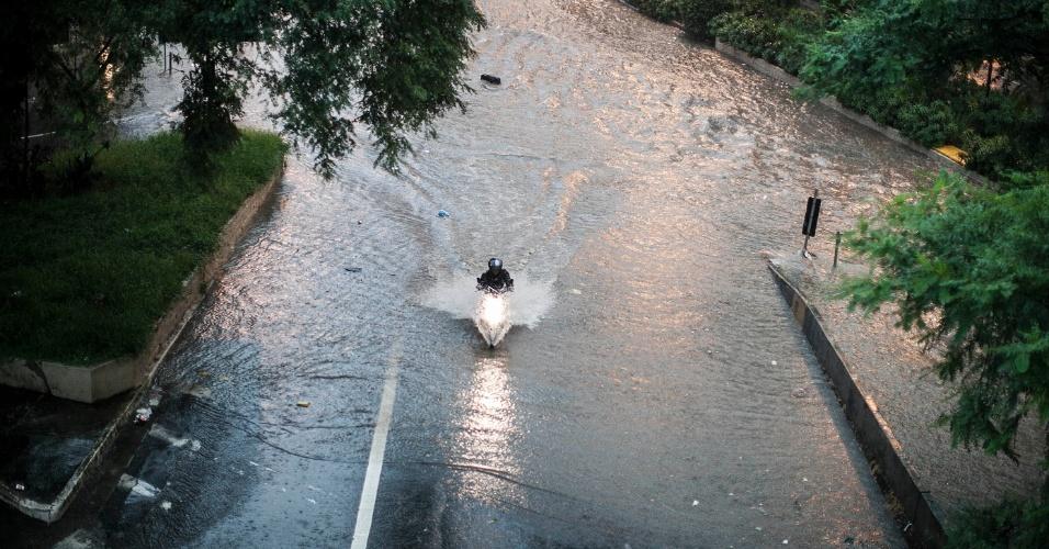 14.fev.2013 - Alagamento em local próximo ao terminal Bandeira, no Anhangabaú, região central de São Paulo, após o forte temporal que atingiu a cidade nesta quinta-feira (14)