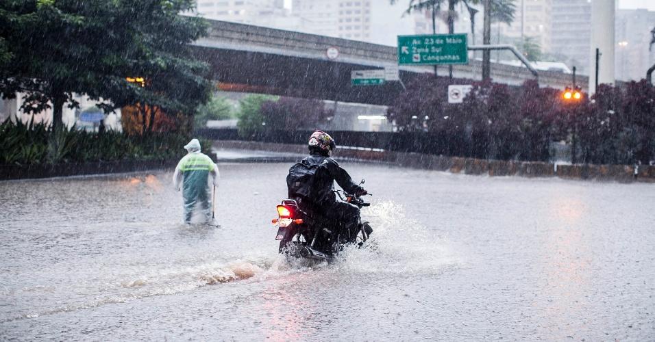 14.fev.2013 - Alagamento próximo ao terminal Bandeira, na região central de São Paulo, após o forte temporal que atingiu a cidade nesta quinta-feira (14). Fez fotos do temporal? Mande para o UOL