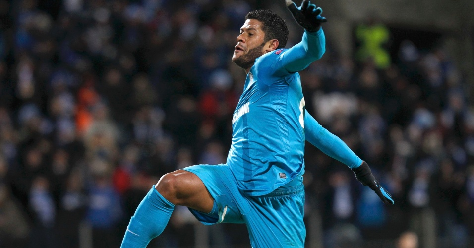 14.fev.2013 - Atacante brasileiro Hulk comemora seu gol, que abriu caminho para a vitória por 2 a 0 contra o Liverpool