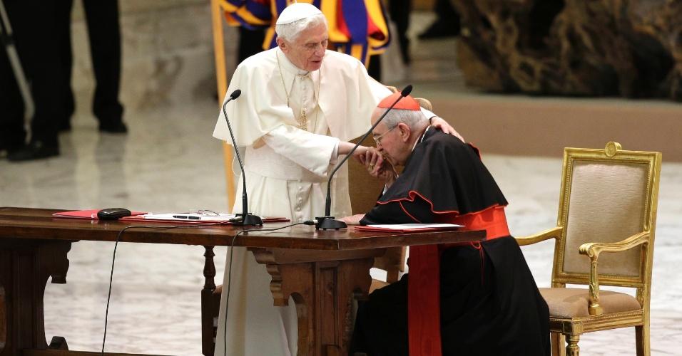 14.fev.2013 - Cardeal Agostino Vallini beija a mão do papa Bento 16 durante audiência especial com padres da diocese de Roma, no Vaticano