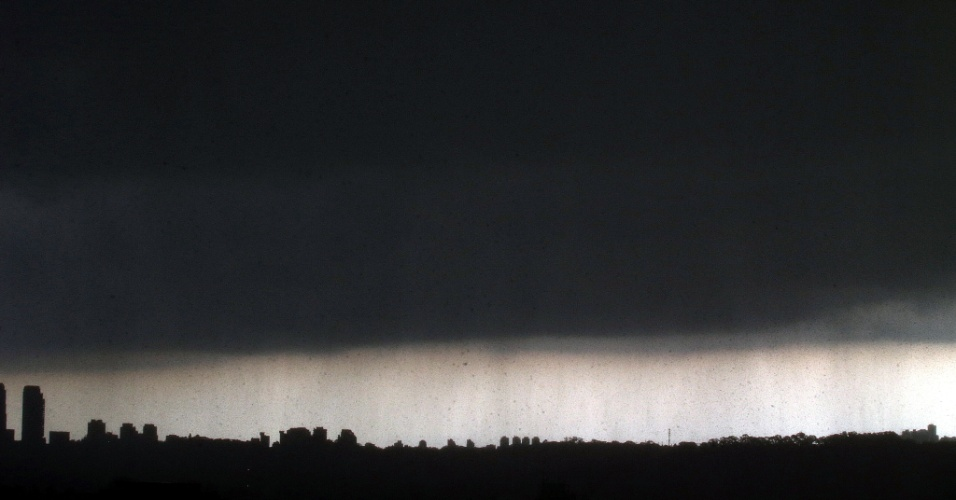 14.fev.2013 - Chuva forte atinge a cidade de São Paulo na tarde desta quinta-feira