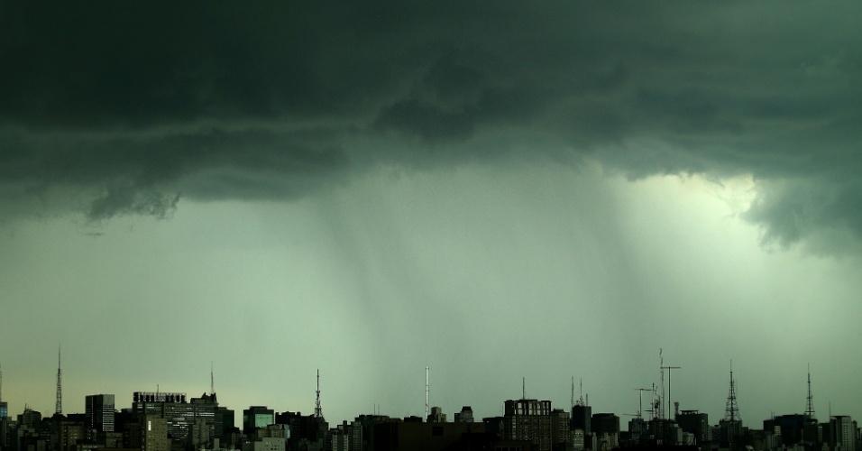 14.fev.2013 - Chuva forte atinge a cidade de São Paulo no fim da tarde desta quinta-feira (14)