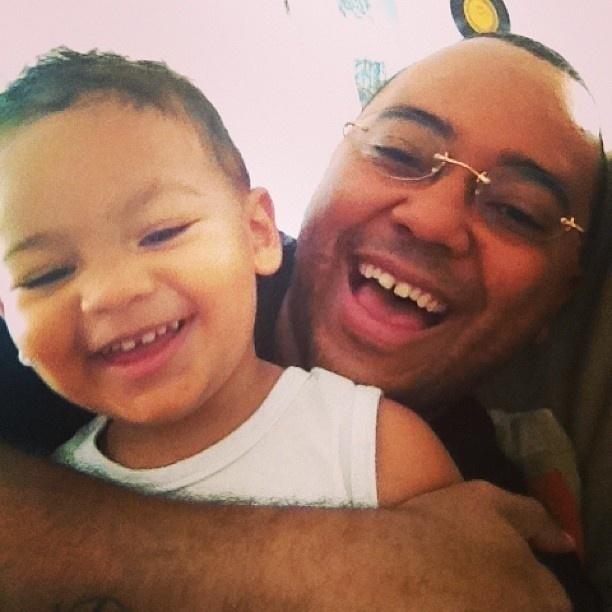 14.fev.2013 - Dudu Nobre mostra foto ao lado do filho