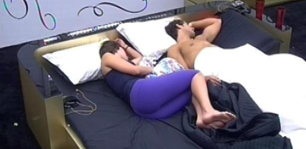 14.fev.2013 - Em seu último dia na liderança, Kamilla dorme com Eliéser no quarto do líder