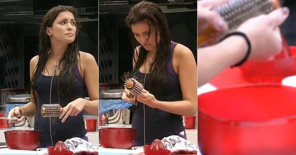 14.fev.2013 - Enquanto o resto da casa dorme, Kamilla limpa escova de cabelos com faca de cozinha e joga os cabelos em uma tigela