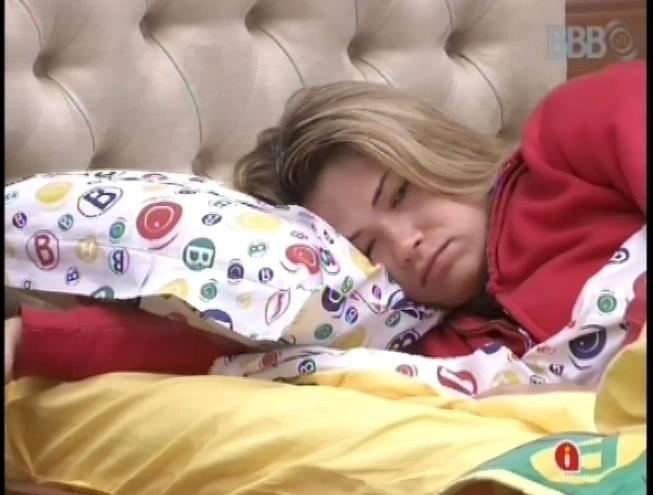 14.fev.2013 - Fani fica um pouco acordada na cama antes de voltar a dormir no quarto biblioteca