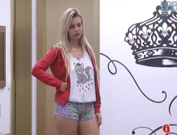 14.fev.2013 - Fernanda conversa com Eliéser e Kamilla no quarto do líder vestindo pijama de gatinho