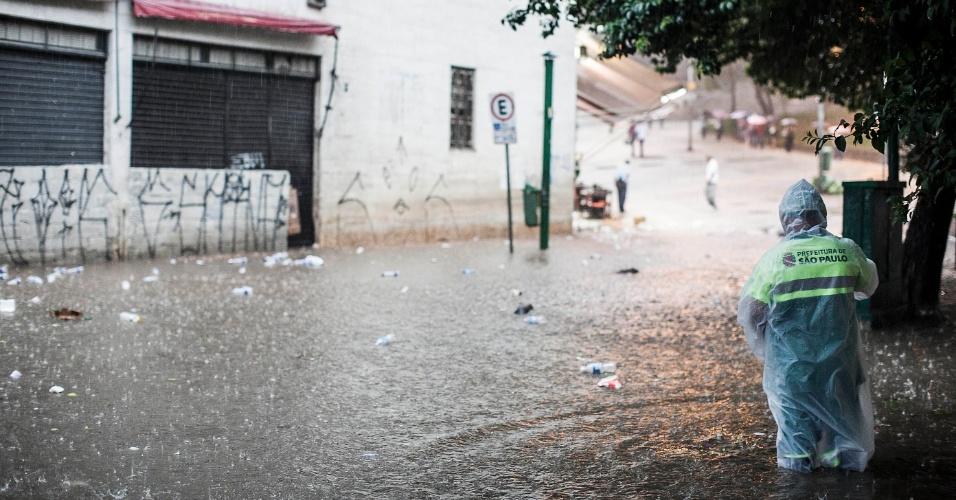 14.fev.2013 - Gari trabalha em meio a alagamento próximo ao terminal Bandeira, na região central de São Paulo, após o forte temporal que atingiu a cidade nesta quinta-feira (14). Fez fotos do temporal? Mande para o UOL