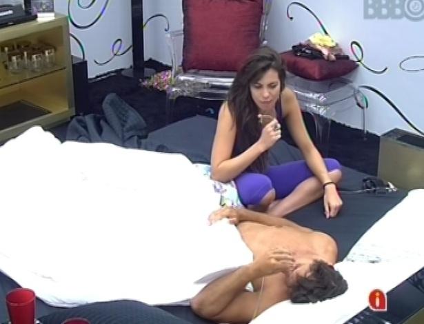 14.fev.2013 - Kamilla acorda e conversa com Eliéser sobre discussão que teve nesta madrugada com André