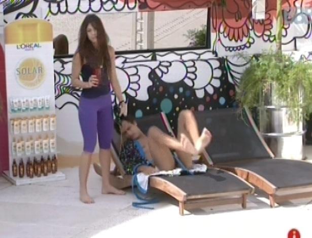 14.fev.2013 - Kamilla chama Eliéser do lado de fora e os dois voltam a dormir no quarto do líder