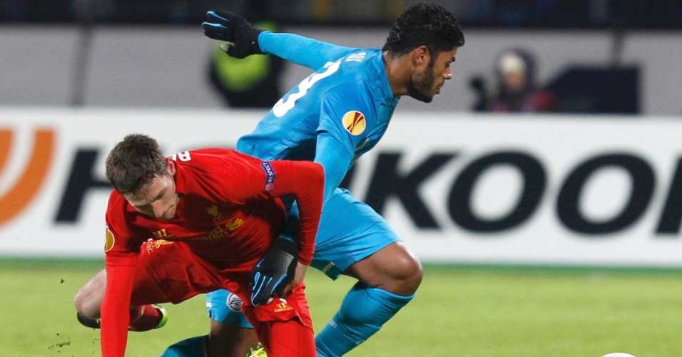 14.fev.2013 - O atacante brasileiro Hulk (dir.), do Zenit, tenta passar pela marcação do Joe Allen, do Liverpool
