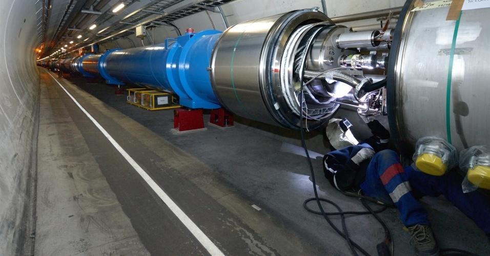 14.fev.2013 - O Centro Europeu de Física de Partículas anunciou que extraiu os últimos feixes de prótons do anel do Grande Acelerador de Partículas (LHC, na sigla em inglês) para passar por um longo período de manutenção. O túnel de 27 quilômetros de diâmetro, localizado na fronteira entre a Suíça e a França, ficará dois anos fora de serviço