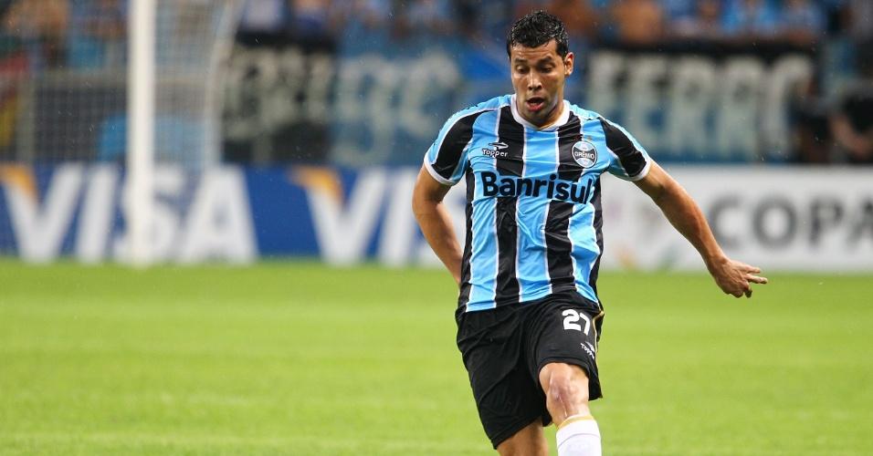 14.fev.2013 - O lateral André Santos também faz sua estreia pelo Grêmio contra o Huapachito em partida válida pela fase de grupos da Libertadores