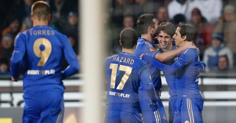 14.fev.2013 - O meia brasileiro Oscar (centro) comemora seu gol com os companheiros de Chelsea na vitória contra o Sparta Praga
