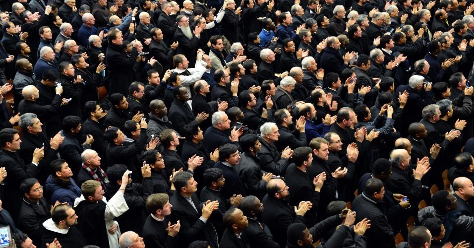 14.fev.2013 - Padres de Roma aplaudem o papa Bento 16 durante audiência no Vaticano. No encontro, papa defendeu uma verdadeira renovação na Igreja Católica