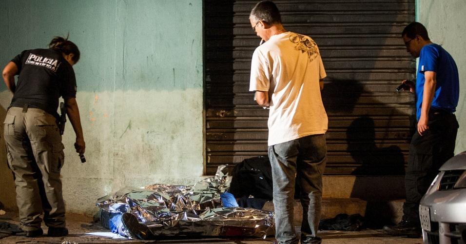 14.fev.2013 - Policiais fazem perícia no corpo de duas das três pessoas que foram baleadas no bairro Lauzane Paulista, zona norte de São Paulo, por volta da 1h30 desta quinta-feira. Nenhum suspeito pelo crime foi preso, de acordo com a Polícia Militar