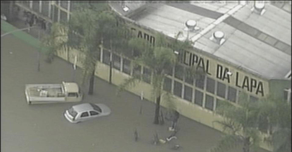 14.fev.2013 - Rua em frente ao Mercado da Lapa, na zona oeste de São Paulo, fica alagada após temporal que atingiu a cidade nesta quinta-feira (14)