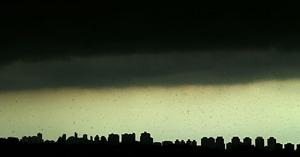 14.fev.2013 - Temporal atinge a cidade de São Paulo na tarde desta quinta-feira (14)