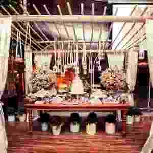 Mesa de doces com flores e detalhes coloridos. Invista em tons pastel para criar um casamento vintage - Gabriela Quimália/Divulgação
